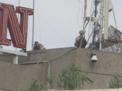 جنود مارينز متمركزين على سطح فندق شيراتون